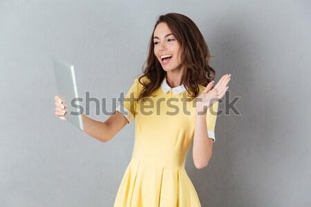 Verward jonge dame foto permanente geïsoleerd Stockfoto © deandrobot