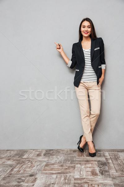 Obraz szczęśliwy business woman wskazując kopia przestrzeń Zdjęcia stock © deandrobot