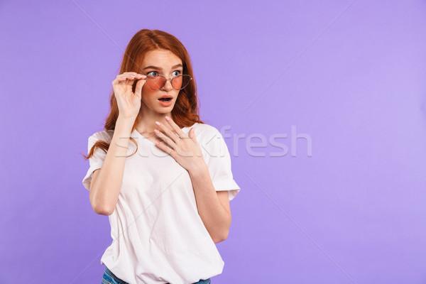 Retrato maravilhado jovem óculos de sol em pé isolado Foto stock © deandrobot