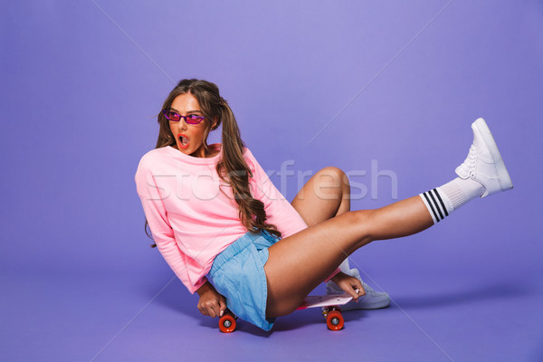 Porträt cute Mädchen Sweatshirt posiert Skateboard Stock foto © deandrobot
