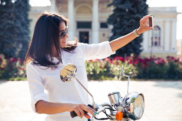 Nő moped készít fotó gyönyörű nő okostelefon Stock fotó © deandrobot