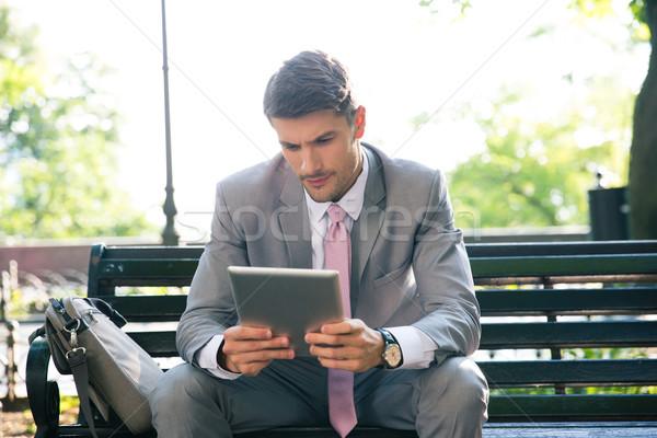 Empresario aire libre sesión banco negocios Foto stock © deandrobot
