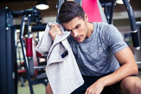 Testépítő izzadság fitnessz tornaterem portré jóképű Stock fotó © deandrobot