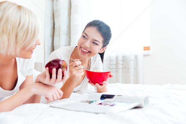 Femmes lit alimentaire magazine deux femmes maison Photo stock © deandrobot
