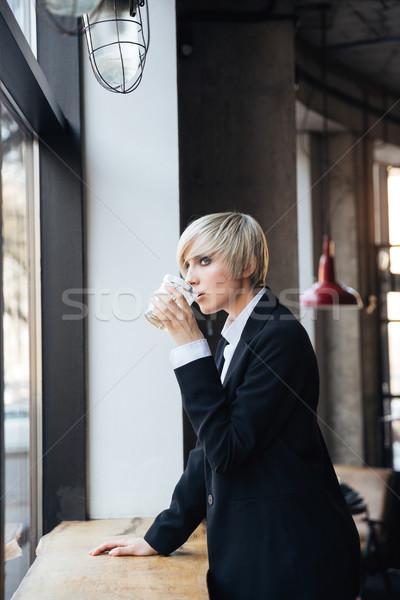 Mooie stijlvol blond meisje drinken vensterbank Stockfoto © deandrobot