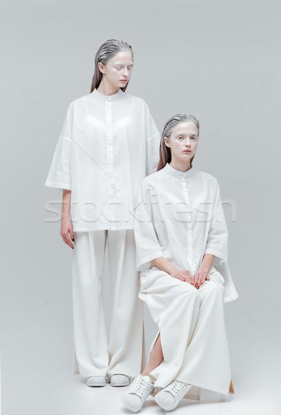 Doua modă femei rochie de culoare alba misterios gri Imagine de stoc © deandrobot