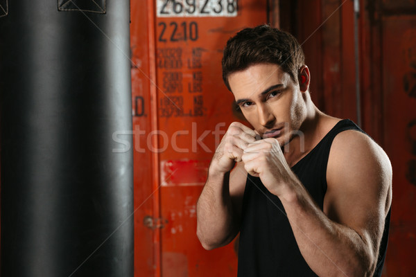 Forte boxeador posando mãos em pé ginásio Foto stock © deandrobot