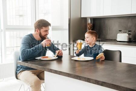 Gelukkig vader eten keuken weinig zoon Stockfoto © deandrobot
