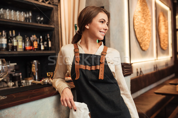Elképesztő fiatal nő csapos áll kávézó kép Stock fotó © deandrobot