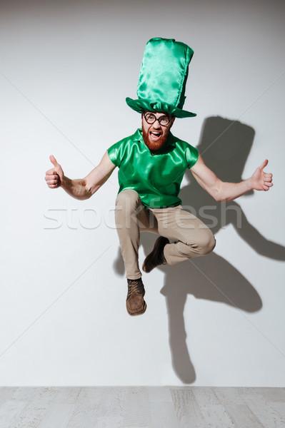 Saltar feliz hombre verde traje Foto stock © deandrobot