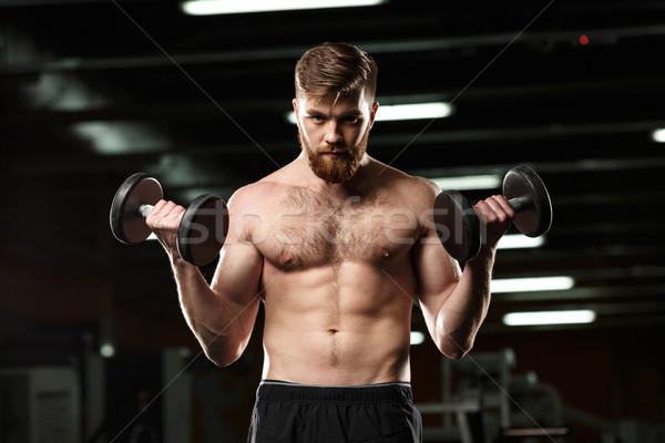 Concentrado esportes homem esportes halteres Foto stock © deandrobot