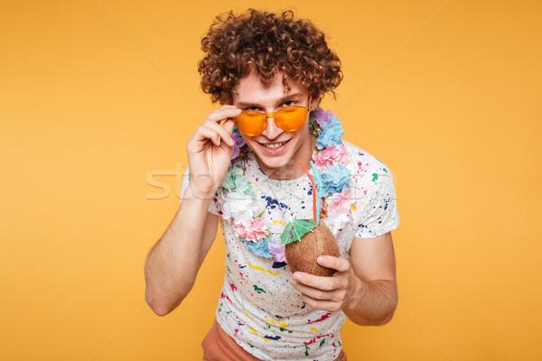 Mosolyog vonzó férfi nyár ruházat tart Stock fotó © deandrobot