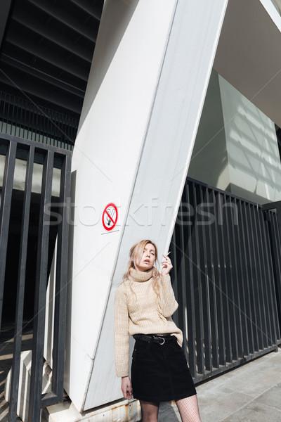 Poważny młodych pani papierosów moda Zdjęcia stock © deandrobot