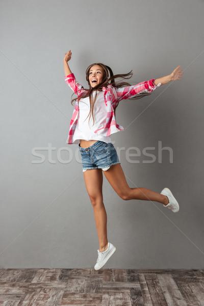 Foto mooie jonge vrouw luisteren luisteren naar muziek Stockfoto © deandrobot