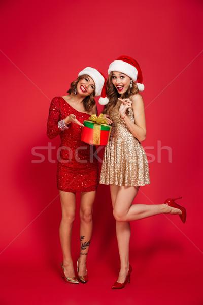 Felice giovani donne amici indossare Natale Foto d'archivio © deandrobot