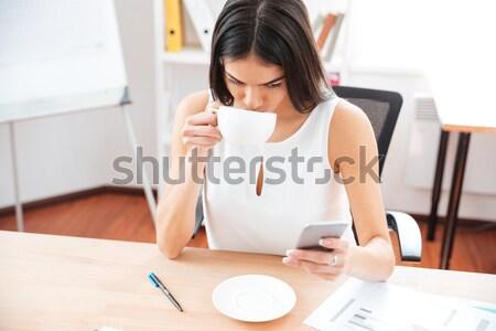Сток-фото: портрет · красивая · девушка · мобильного · телефона · еды