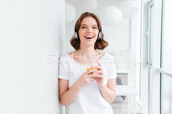 微笑 年輕女子 常設 窗口 飲用水 果汁 商業照片 © deandrobot