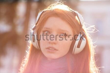 Concentrado fuerte jóvenes deportes mujer escuchar Foto stock © deandrobot