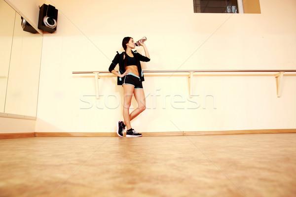 портрет молодые соответствовать женщину питьевая вода спортзал Сток-фото © deandrobot