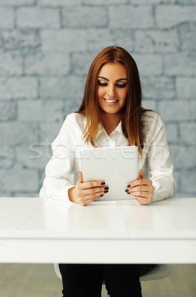 śmiechem młodych kobieta interesu patrząc ekranu Zdjęcia stock © deandrobot