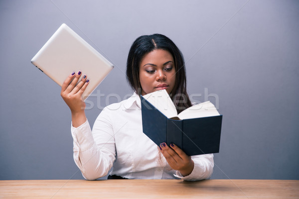 Zakenvrouw lezing papier boek ebook Stockfoto © deandrobot