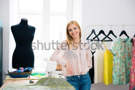 женщины моде Постоянный семинар улыбаясь глядя Сток-фото © deandrobot