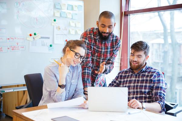 Сток-фото: счастливым · деловые · люди · рабочих · портативного · компьютера · группа