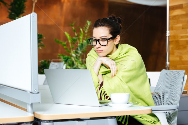 Photo stock: Belle · femme · utilisant · un · ordinateur · portable · sensation · froid