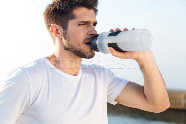 Sportowiec biały shirt woda pitna odkryty Zdjęcia stock © deandrobot
