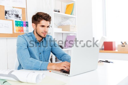 Stockfoto: Glimlachend · jonge · toevallig · zakenman · tonen · documenten