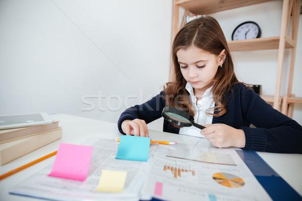 Zdjęcia stock: Dziewczynka · posiedzenia · lupą · biuro · piękna · tabeli