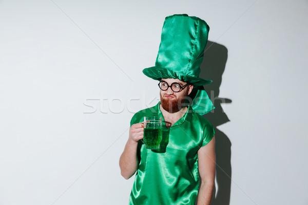 Barbudo homem verde traje óculos Foto stock © deandrobot