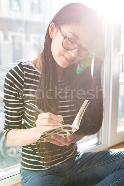 Verticale immagine asian donna davanzale iscritto Foto d'archivio © deandrobot
