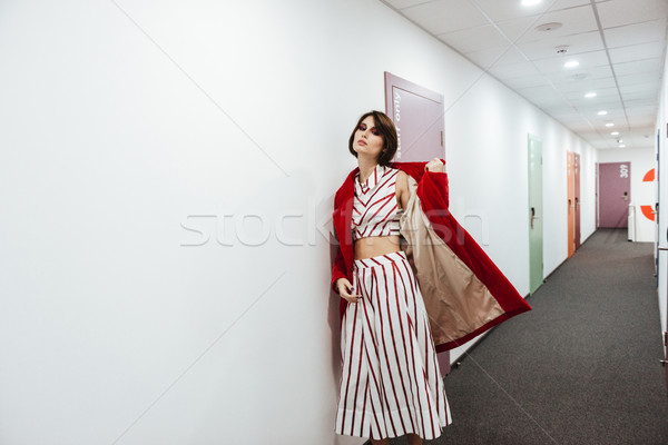 Vrouw Rood jas lopen gang stijlvol Stockfoto © deandrobot