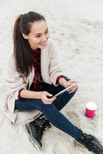 Wesoły pani posiedzenia odkryty plaży Zdjęcia stock © deandrobot