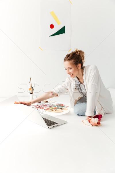 Elképesztő fiatal kaukázusi hölgy festő munkaterület Stock fotó © deandrobot