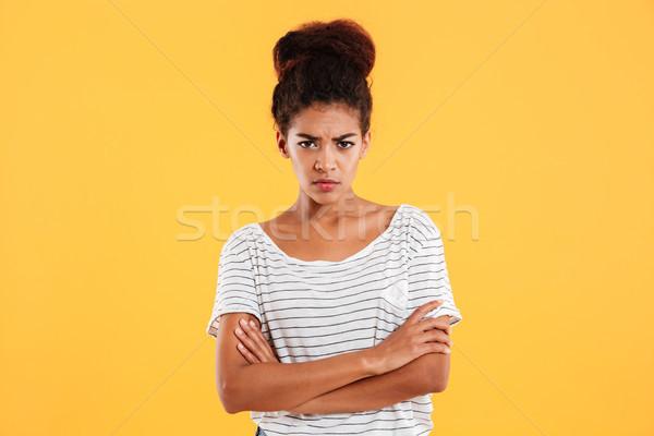 Zły niezadowolony Afryki pani trzymając się za ręce fałdowy Zdjęcia stock © deandrobot