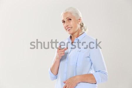 Stockfoto: Portret · glimlachend · oude · vrouw · wijzend · vinger · geïsoleerd