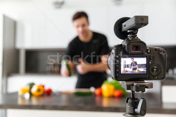 Cámara de vídeo jóvenes sonriendo masculina blogger Foto stock © deandrobot