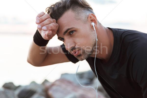 Portret moe luisteren naar muziek Stockfoto © deandrobot