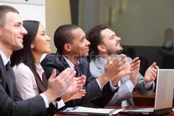 Többnemzetiségű üzleti csoport tapsol mosolyog fókusz férfi Stock fotó © deandrobot