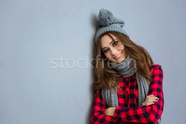 Femme souriante écharpe chapeau portrait gris Photo stock © deandrobot