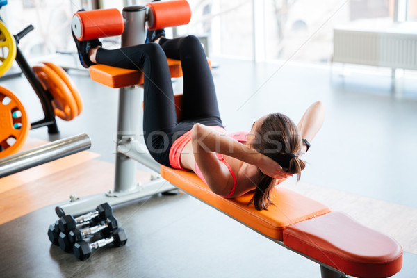 Mulher atleta abdominal banco ginásio forte Foto stock © deandrobot