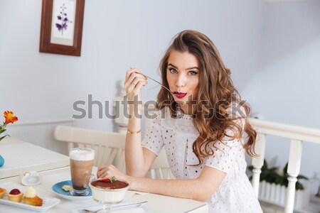 Wesoły kobieta posiedzenia Kafejka śmiechem młoda kobieta Zdjęcia stock © deandrobot