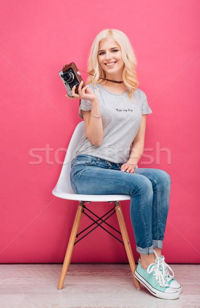 Kobieta posiedzenia krzesło Fotografia kamery Zdjęcia stock © deandrobot