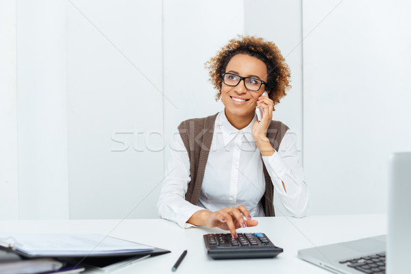 Heiter african Frau Buchhalter Rechner sprechen Stock foto © deandrobot