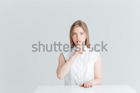 Vrouw vergadering tabel tonen vinger lippen Stockfoto © deandrobot