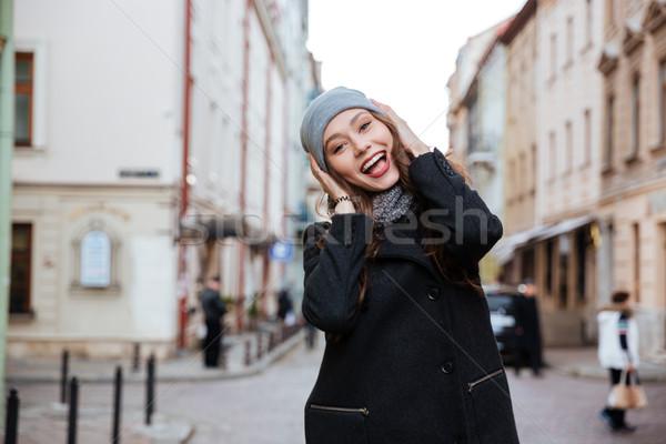 Bastante modelo abrigo mirando cámara sombrero Foto stock © deandrobot