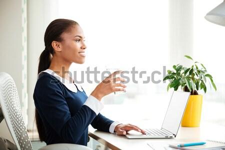 Stockfoto: Glimlachend · afrikaanse · zakenvrouw · kantoor · peinzend · jurk
