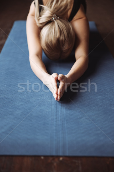 Sportsmenka mata do jogi piętrze ręce Zdjęcia stock © deandrobot